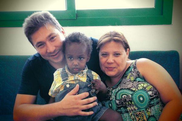 Jennifer et Cédric, lors de leur première rencontre avec Théo à Djibouti, en octobre 2013