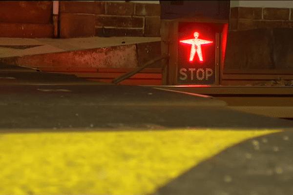 Des dispositifs de feux autorisent ou non les usagers à franchir les rails, à la gare de Rosporden