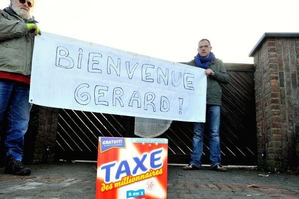 Des militants devant l'entrée de la nouvelle résidence belge de Gérard Depardieu, à Néchin.