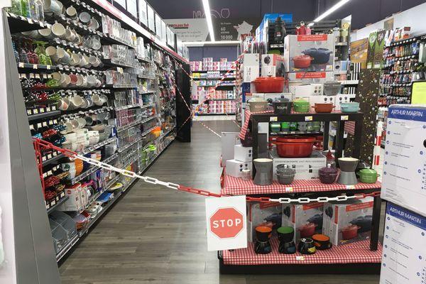"""Les rayons """"jouets"""" et """"arts de la table"""" sont inaccessibles depuis ce mercredi 4 novembre matin. Mais les clients peuvent toujours les acheter en un """"click"""" sur la plateforme de l'hypermarché de Ceyrat (Puy-de-Dôme)."""
