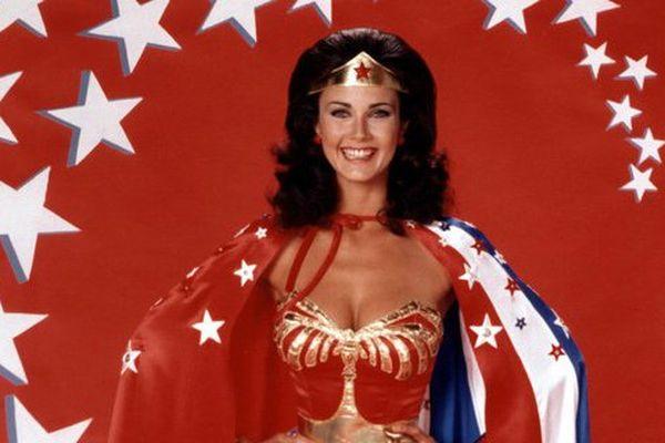 Lynda Carter en Wonder Woman dans la série américaine diffusée entre 1976 et 1979.