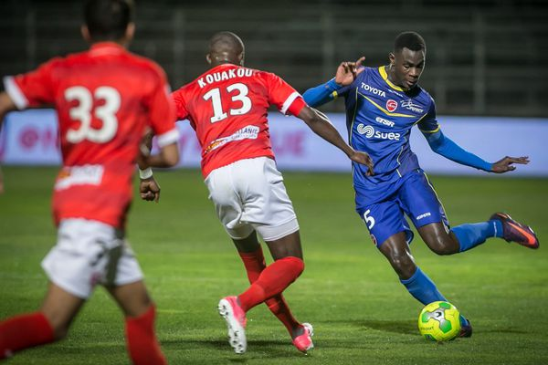 Moussa Niakhaté (à droite) quitte Valenciennes pour Metz et la Ligue 1