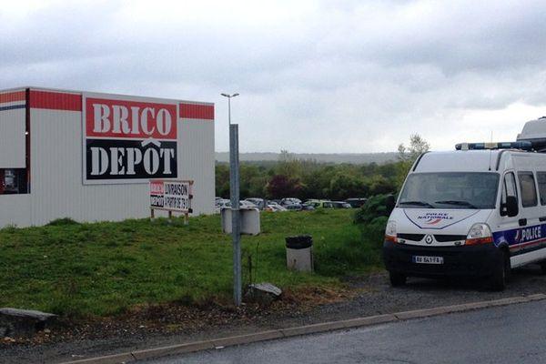 Le mardi 26 avril 2016, des coups de feu ont été entendus à proximité du magasin Brico Dépôt de Domérat, dans l'Allier.