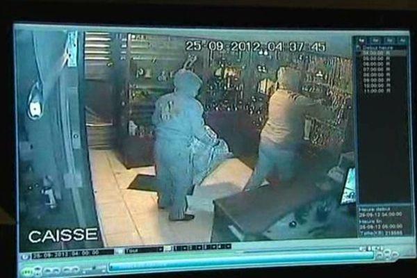 """Le 25 septembre 2012, la bijouterie """"La Turquoise"""" avait déjà été cambriolée. Les images de la vidéosurveillance de l'époque."""
