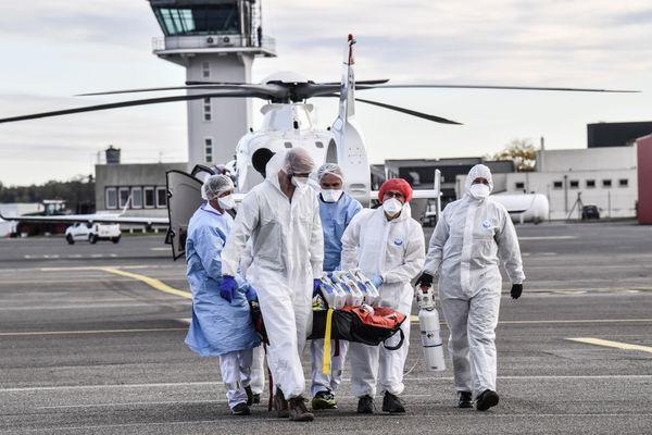 Le 27 octobre, un patient gravement atteint de la Covid-19 était transporté en avion médicalisé, depuis Bron vers Bordeaux, pour soulager les hôpitaux lyonnais.