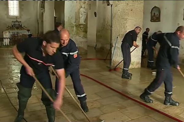 Les pompiers en train de nettoyer l'église de St-Généroux.