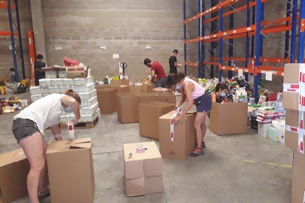 Les volontaires répartissent les produits par type de marchandises, sous l'œil avisé d'Odette.