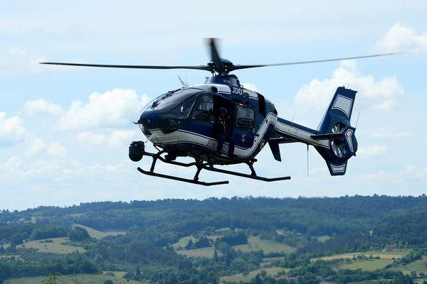 Un hélicoptère de la gendarmerie lors d'un exercice au centre de Saint-Astier