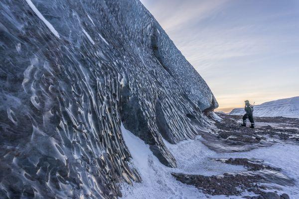 Les scientifiques vont étudier les effets du noir de carbone sur la fonte des glaciers arctiques.