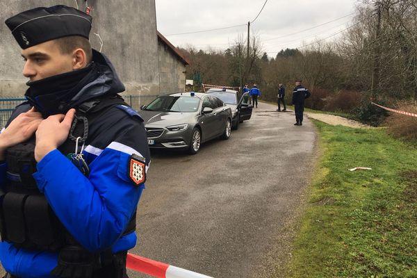 Les gendarmes devant la maison de l'octogénaire à Saint-Léonard-de-Noblat, ce jeudi 2 janvier 2020.