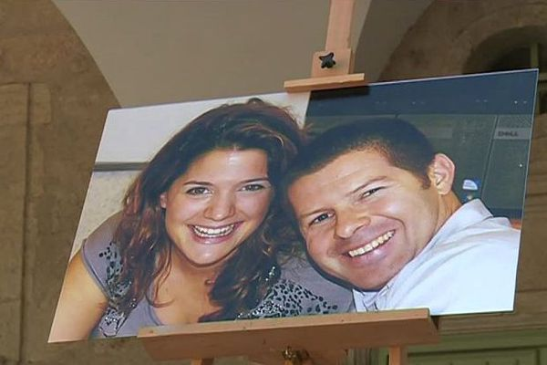 Pézenas (Hérault) - une photo du couple de policiers assassinés à Mangnaville devant la mairie - 20 juin 2016.