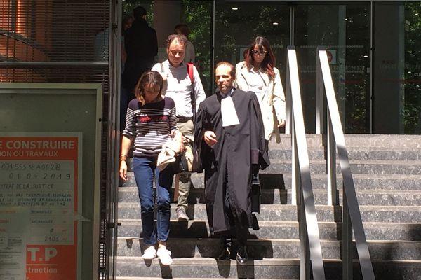Un avocat avec une famille de victime de l'Ehpad de Lherm à la sortie du palais de justice de Toulouse le 15 mai 2019