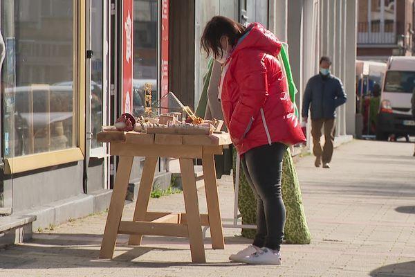 Un bijoutier a installé un étal sur le trottoir devant sa boutique à Dunkerque, ce samedi 27 mars 2021.
