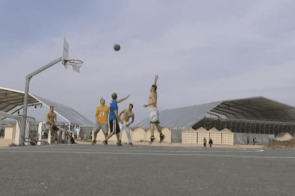 Petite partie de basket à Ouistreham derrière le site de la cérémonie internationale du 6 juin