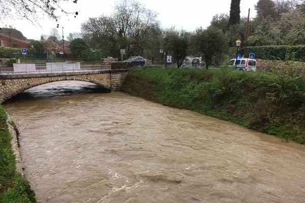 Le fleuve de la Brague menace de déborder à Biot, dans les Alpes-Maritimes.