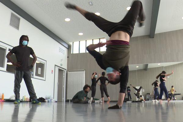 Les danseurs d'Hervé Koubi en pleine répétition au BCMO de Calais