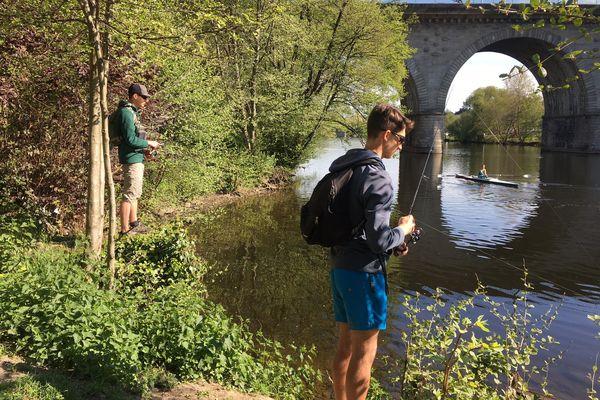 Gabriel et Jules pêchent sur les bords de la Vienne, à Limoges