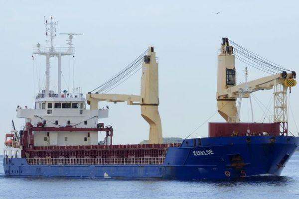 Le cargo Karkloe peine à tenir son mouillage en baie de Saint-Brieuc. Il faisait route de la Suède à la Mauritanie avant de subir une avarie.