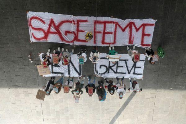 Grève des sages-femmes à Marseille qui revendiquent une reconnaissance de leur profession et demandent un salaire plus élevé.