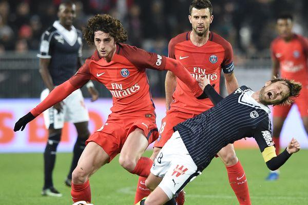 Le bordelais Jaroslav Plasil battu par le parisien Adrien Rabiot lors de la rencontre Bordeaux-PSG le 10 février 2017 pour la 25e journée de Ligue 1.