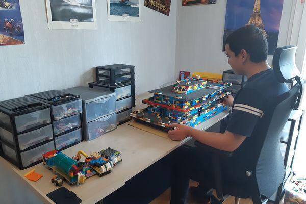 Sur son bureau, à Clermont-Ferrand, Sacha, jeune non-voyant de 14 ans, réalise d'impressionnantes constructions en Lego.