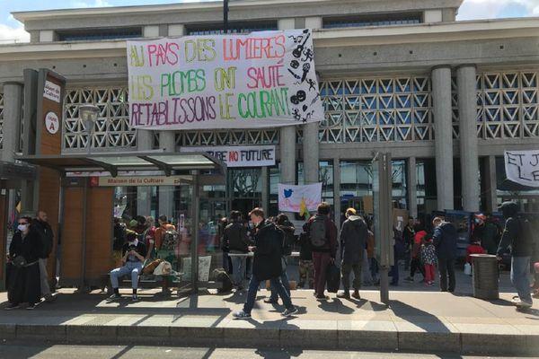 La manifestation s'est tenue devant la Maison de la Culture de Clermont-Ferrand et s'est poursuivie en direction du jardin Lecoq.
