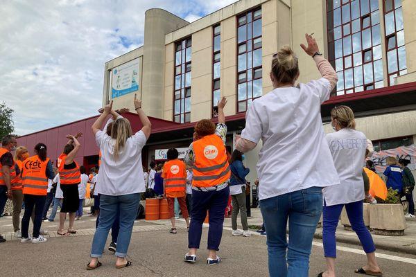 Près de 200 salariés de la clinique Saint-Vincent à Besançon sont en grèce ce jeudi 3 juin 2021.