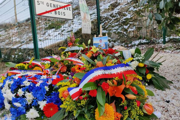 Des gerbes de fleurs, déposées en mémoire d'Ilan Halimi.