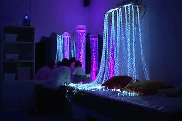 L'intérieur d'une salle Snozelen toute illuminée