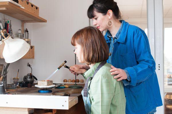 Découvrir le métier d'un artisan et créer un objet de ses propres mains: un autre monde pendant quelques heures