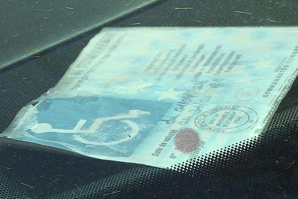 Les conducteurs handicapés ont normalement un macaron attestant de leur handicap pour pouvoir stationner gratuitement sur des places réservées. Mais ils sont trop souvent falsifiés.