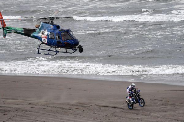 Le pilote Xavier De Soultrait à bord de sa Yamaha lors de la 4e étape du Dakar, mardi 9 janvier, à San Juan De Marcona au Pérou.