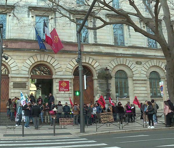 A Nîmes, des manifestants ont tenté de perturber les épreuves du nouveau bac en bloquant les entrées du lycée Daudet.