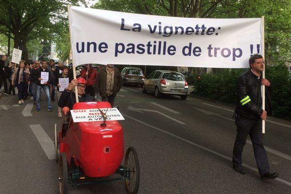 Une vingtaine de manifestants ont défilé ce matin contre les mesures selon eux discriminatoires à l'encontre des automobilistes