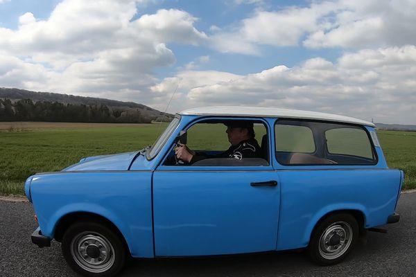 Le chauffagiste à la retraite cherchait une petite voiture à tracter derrière son camping-car. Depuis, il roule quotidiennement en Trabant, la marque mythique de l'ex-RDA.