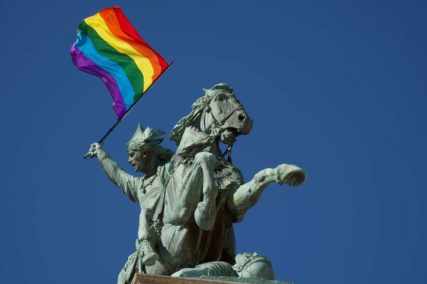 Un drapeau arc-en-ciel a fait son apparition dans les mains de Vercingétorix, sur la place de Jaude, à Clermont-Ferrand. Symbole du mouvement LGBT, il a été hissé dans le cadre de la journée de lutte contre l'homophobie.