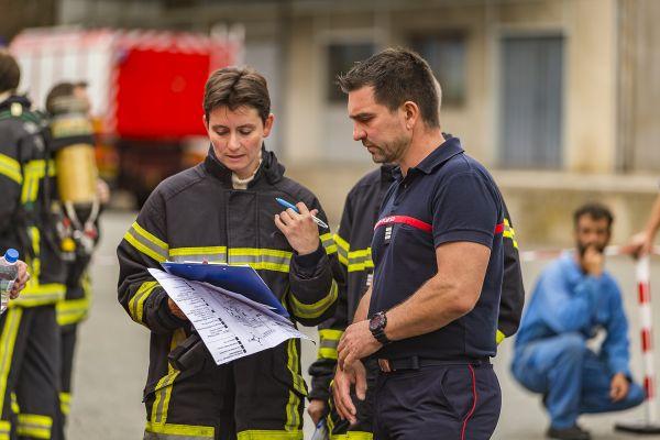 L'adjointe au chef de centre de Gerzat (Puy-de-Dôme) Sandrine Pouzadoux fait partie des 4% de femmes parmi les officiers sapeurs-pompiers.