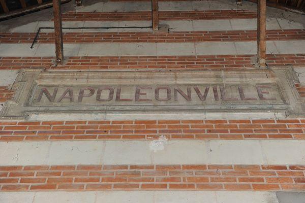 Plaque à l'intérieur de la gare de Pontivy, en souvenir de la période où la ville portait le nom de Napoléonville.