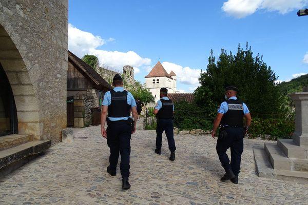 Trois gendarmes de la réserve opérationnelle en patrouille à SAINT-CIRQ-LAPOPIE.