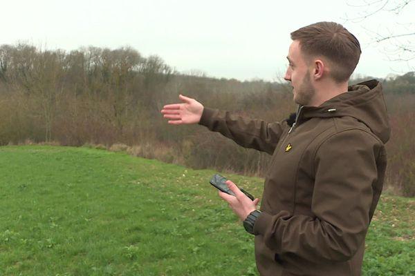 C'est Axel Mathon, habitant de Divion dans le Pas-de-Calais qui a trouvé le ballon dans un champ à Caix dans la Somme
