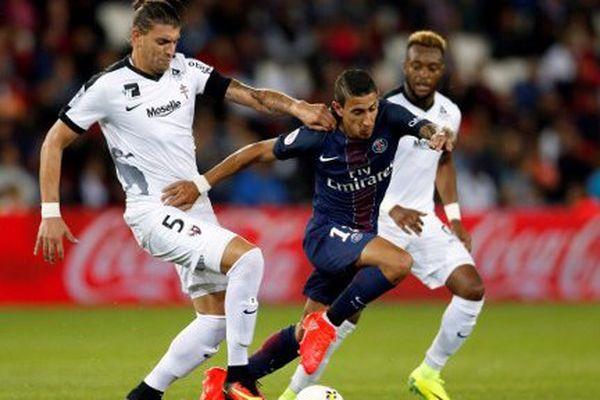 Le Parisien Angel Di Maria lutte pour la balle avec le Messin Guido Milan dimanche 21 août 2016, au Parc des Princes.