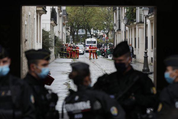 Les policiers sécurisent la rue des anciens locaux de Charlie Hebdo après une attaque au couteau le 25 septembre 2020.