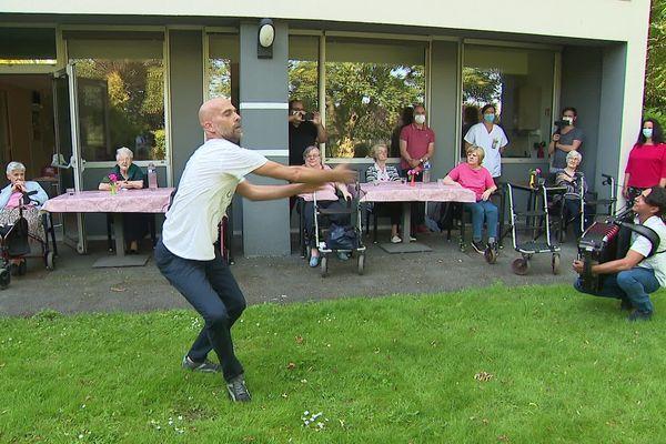 Le chorégraphe du CCN a dansé devant les personnes âgées dans cet EHPAD de Roubaix