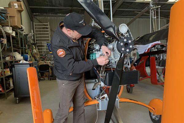 Thierry Chemin en opération de maintenance sur ses machines