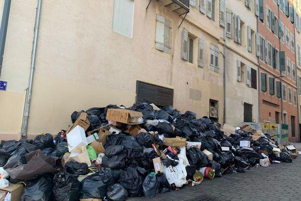 Ces images devraient n'être plus qu'un mauvais souvenir pour les habitants de la Métropole Aix-Marseille après l'accord trouvé entre la direction et le syndicat FO pour la collecte des déchets et le temps de travail.