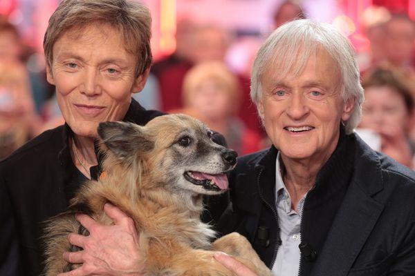 """Patrick Loiseau et Dave, accompagnés de leur chienne Chance, à qui ils consacrent un livre : """"Ma chienne de vie""""."""