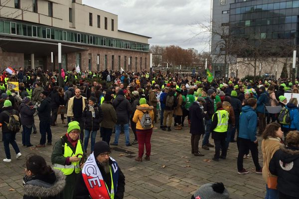 """Le rassemblement de la """"marche pour le climat"""" a été rejoint par une partie des gilets jaunes mobilisés à Strasbourg."""