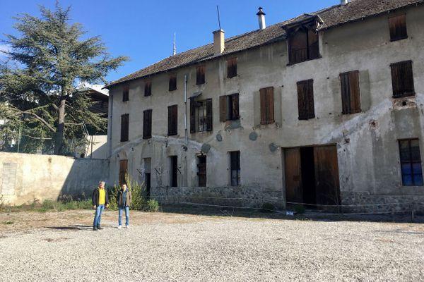 Gilles Charensol et Valérie Bonfé devant l'ancienne usine Badin qui accueillera la future cinémathèque de montagne de Gap.