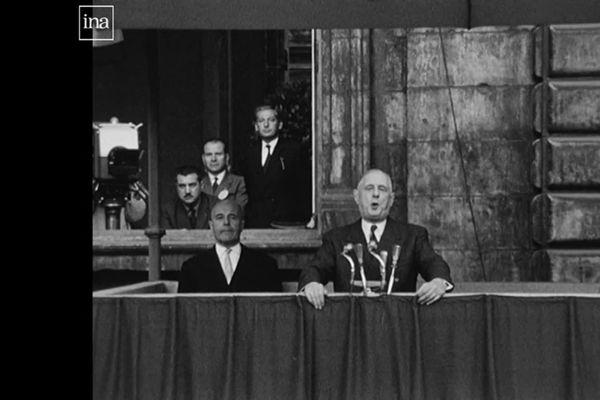 Le Général de Gaulle au balcon de l'Hôtel de Ville de Lyon en octobre 1958