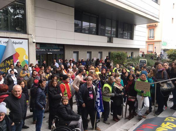 Environ 300 manifestants s'étaient rassemblés devant la Clinique Mutualiste de Grenoble le 30 janvier 2020